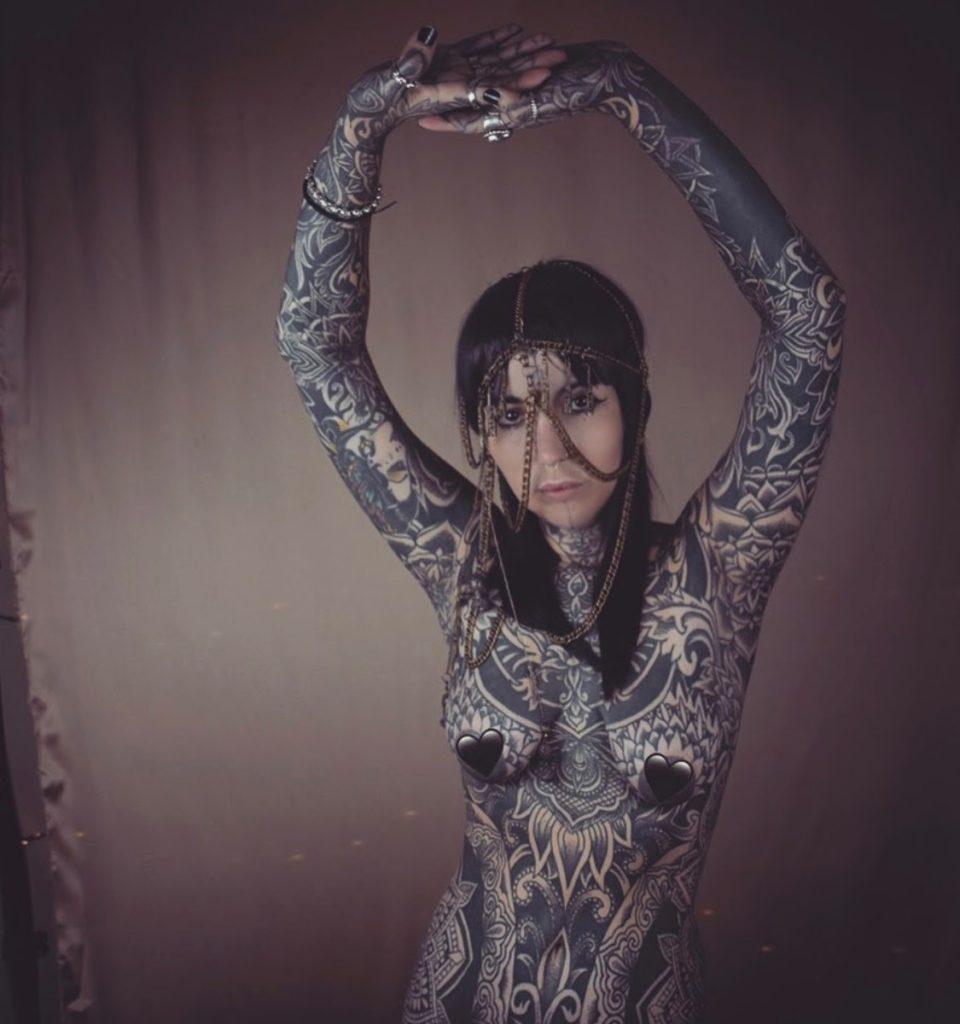 Anne-cecile_tatouee_integralement